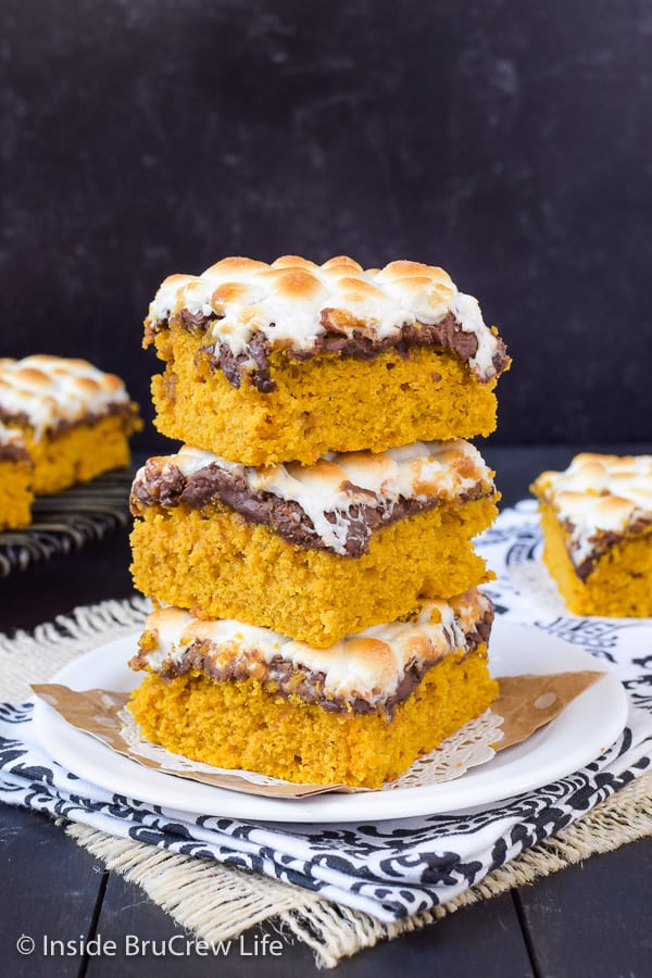 Best Pumpkin S'mores Bars - melted chocolate and toasted marshmallows make these pumpkin bars taste so good! Great recipe to make this fall. #pumpkin #pumpkinbars #smores #chocolate #marshmallow