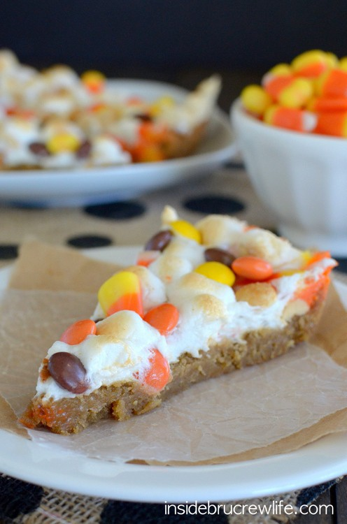 Peanut Butter Candy Corn Pizza - this giant peanut butter cookie topped with melted marshmallows and candy corn is a delicious and fun treat for fall parties. #cookie #fall #cookiepizza #peanutbutter #candycorn #dessertpizza #easy #recipe