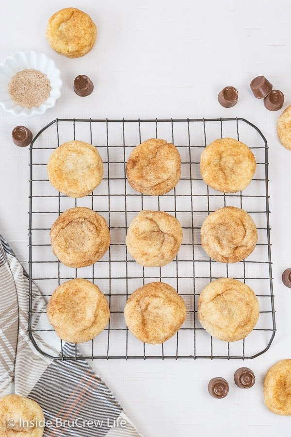 A wire rack with snickerdoodle cake mix cookies cooling on it.