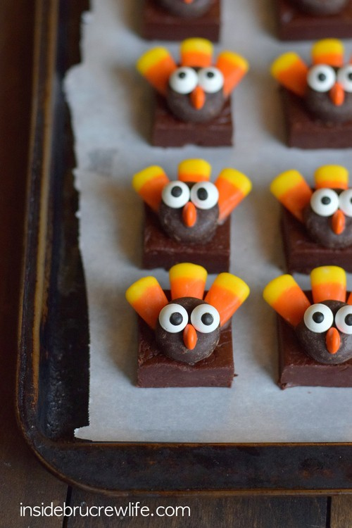These easy no bake chocolate fudge squares topped with a cute candy turkeys make perfect Thanksgiving day treats!