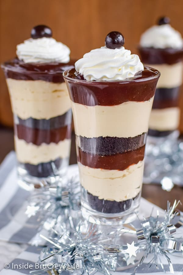 Mocha Fudge Pudding Parfaits - crushed cookies, no bake cheesecake, and chocolate pudding layered in cups makes an easy and delicious dessert. #pudding #parfaits #chocolate #mocha #easy #recipe