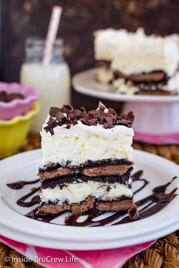 Coconut Oreo Icebox Cake - Oreo cookies and coconut cheesecake gives this icebox cake a great flavor. Great recipe for summer parties and picnics! #iceboxcake #coconut #Oreo #nobake