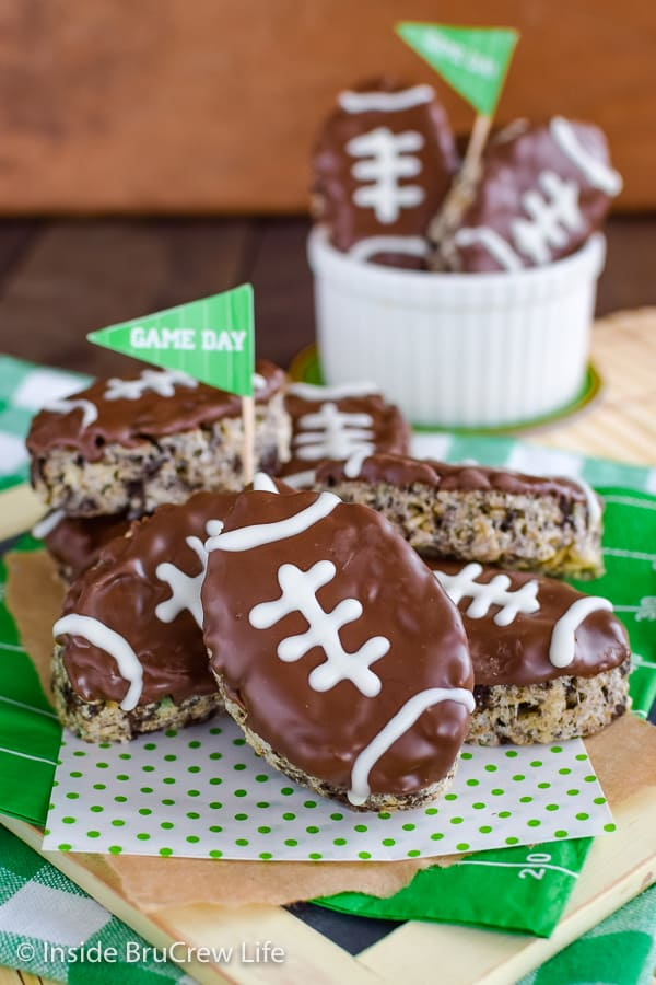 Mint Cookies and Cream Football Rice Krispie Treats - these fun mint football Krispie Treats will disappear at your game day parties! Easy no bake recipe! #ricekrispietreats #nobake #gamedaydesserts #cookiesandcream #football