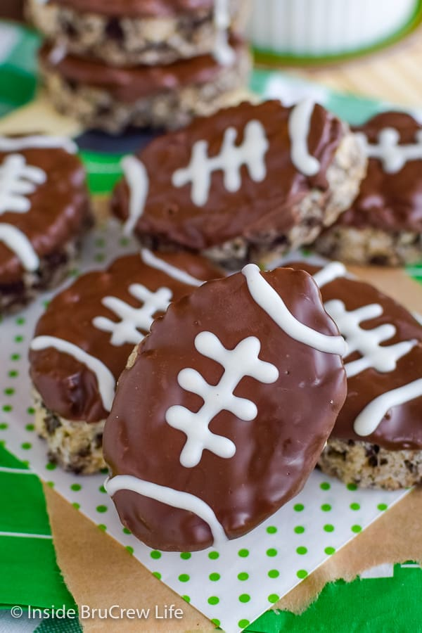 Mint Cookies and Cream Football Rice Krispie Treats - turn your favorite Rice Krispie treats into mint footballs. This easy recipe is perfect for the big game! #ricekrispietreats #nobake #gamedaydesserts #cookiesandcream #football