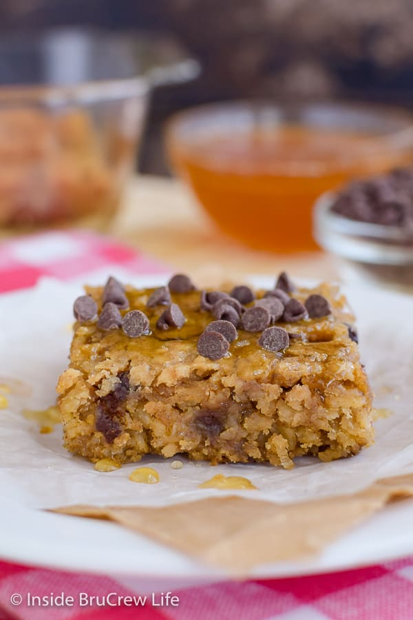 Peanut Butter Chocolate Chip Baked Oatmeal - these sweet baked oatmeal squares are amazing when drizzled with honey! Make this easy recipe for breakfast! #bakedoatmeal #peanutbutter #breakfast #casserole #backtoschool #recipe