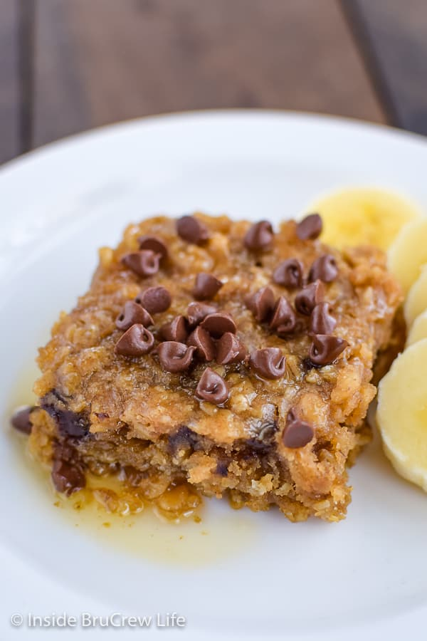 Peanut Butter Chocolate Chip Baked Oatmeal - a pan of this baked oatmeal is made with peanut butter and applesauce. Serve it warm with honey and mini chocolate chips for a delicious breakfast! #bakedoatmeal #peanutbutter #breakfast #casserole #backtoschool #recipe