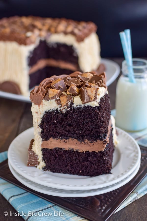 Best Chocolate Peanut Butter Cake - layers of soft moist chocolate cake and chocolate and peanut butter frosting with peanut butter cups is amazing. Make this easy recipe for chocolate lover's! #cake #chocolate #homemade #peanutbuttercups #peanutbutterfrosting