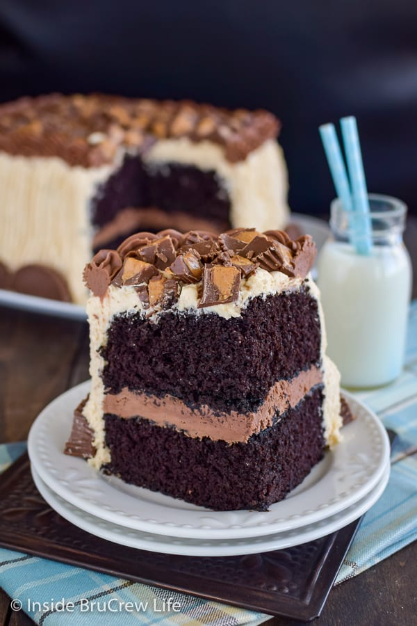Best Chocolate Peanut Butter Cake - This homemade chocolate cake covered in peanut butter frosting and peanut butter cups is the best chocolate cake ever. Make this recipe to see why! #cake #chocolate #homemade #peanutbuttercups #peanutbutterfrosting