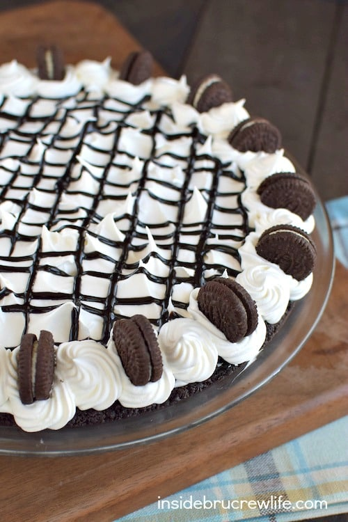 Cookies and Cream Chocolate Pie! This easy no bake pie has layers of cookies, cheesecake, and chocolate pudding in every bite. Make this recipe for dessert or dinner parties!