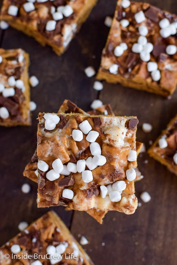 Peanut Butter S'mores Bars - these gooey no bake treats are loaded with chocolate and marshmallows. Easy recipe for summer parties or picnics. #peanutbutter #smores #nobaketreats #goldengrahams