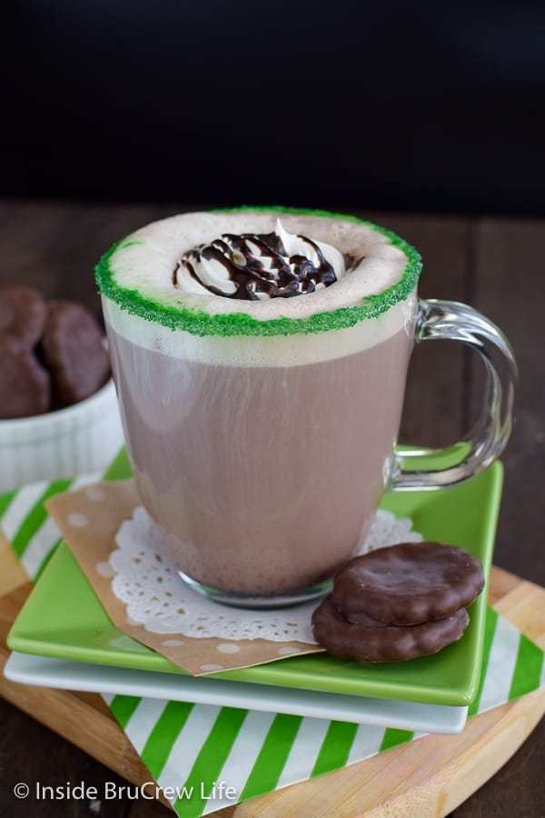 Thin Mint Latte - a sugar rim adds a bit of flair to this chocolate mint latte. Save money by making this easy recipe in your own kitchen! #homemade #latte #thinmints #coffee