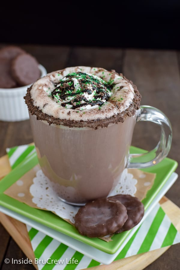 Thin Mint Latte - adding a rim of cookies to this homemade mint latte makes it so pretty and so delicious! Great recipe to make at home! #homemade #latte #thinmints #coffee