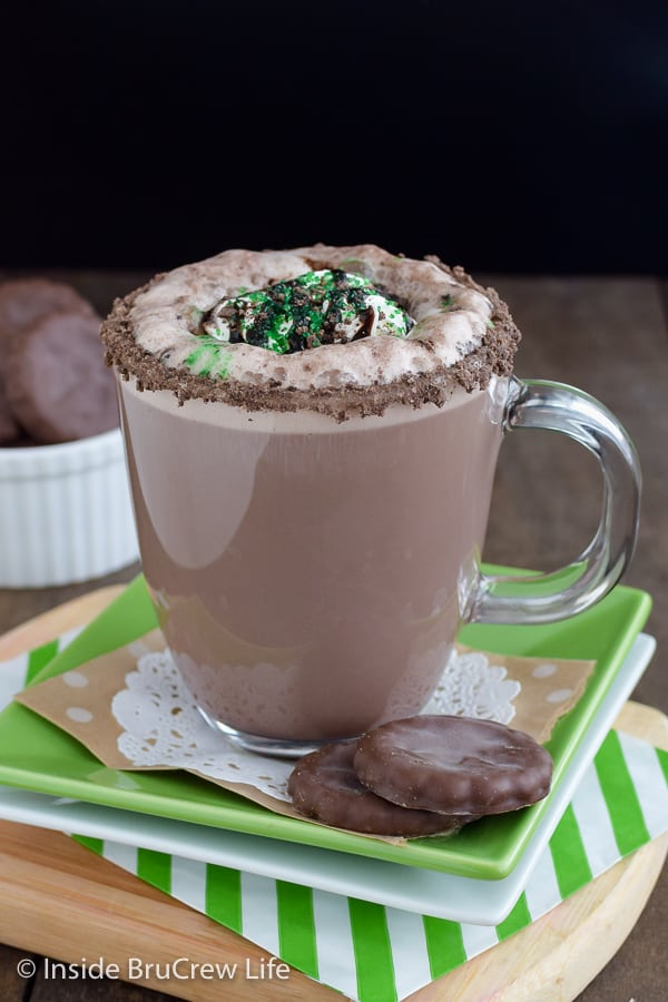 Thin Mint Latte - a homemade chocolate mint latte topped with Thin Mint cookie crumbles tastes so good!!! Make this easy recipe to warm up on a chilly day! #homemade #latte #thinmints #coffee