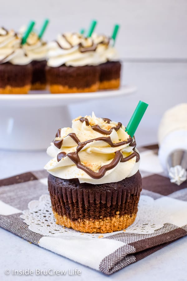 S'mores Frappuccino Cupcakes - marshmallow frosting and a graham cracker crust add a fun flair to these s'mores cupcakes. Try this easy recipe for summer picnics! #cupcakes #smores #marshmallow #coffee