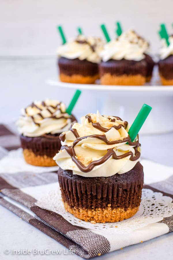 S'mores Frappuccino Cupcakes - marshmallow frosting and a graham cracker crust turn these chocolate cupcakes into a delicious s'mores treat! #cupcakes #smores #marshmallow #coffee