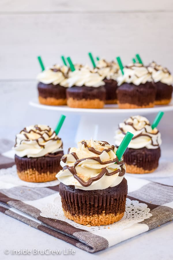 S'mores Frappuccino Cupcakes - graham crackers, chocolate, and marshmallow make these s'mores cupcakes so good! Easy recipe for summer parties! #cupcakes #smores #marshmallow #coffee