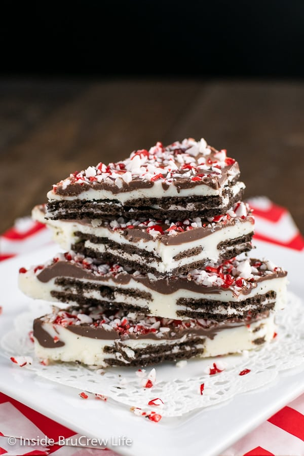Peppermint Oreo Bark - white chocolate and dark chocolate layered with Oreo Thins and topped with peppermint bits. Make this easy no bake recipe for holiday parties! #oreo #peppermint #chocolatebark #nobake #chocolate