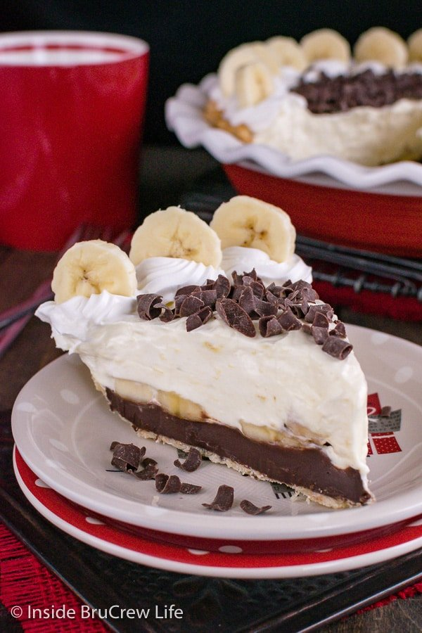 Fudge Bottom Banana Cream Pie - layers of fudge, banana, and pudding in a flakey pie crust is the perfect dessert for a busy day. #bananacream #banana #pie #recipe #blackbottompie