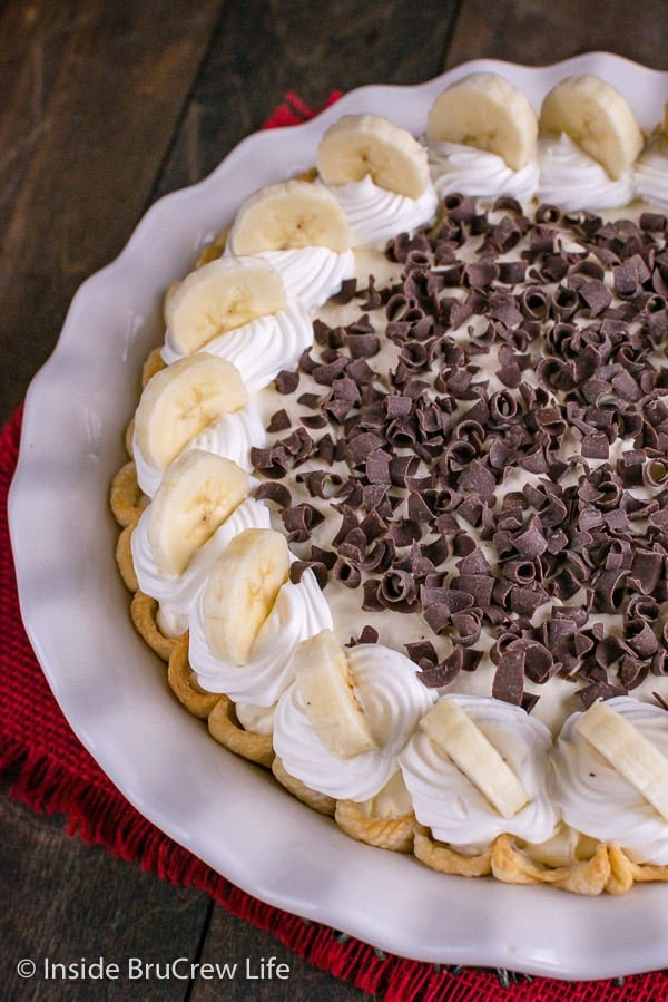 Fudge Bottom Banana Cream Pie - banana pudding, fudge, and fresh bananas make this sweet pie taste so good. Great recipe for an easy dessert! #bananacream #banana #pie #recipe #blackbottompie