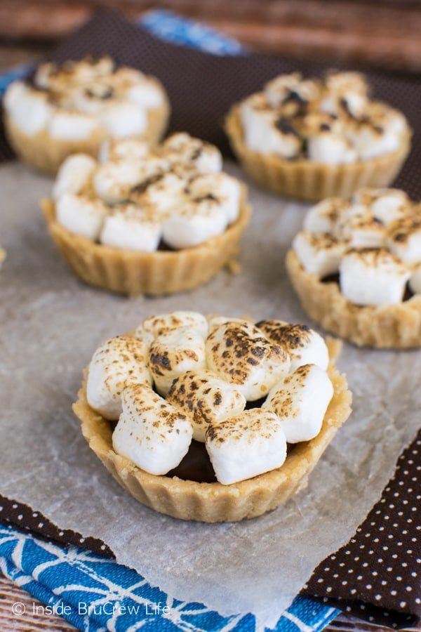No Bake S'mores Tarts - toasted marshmallows, gooey chocolate, and cookie crust for an easy dessert recipe