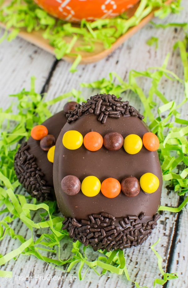 Reese's Cream Eggs - these peanut butter eggs are so easy to make and look cute in Easter baskets. Great recipe to make for peanut butter lovers! #easter #peanutbuttereggs #Reeses #easterbasket