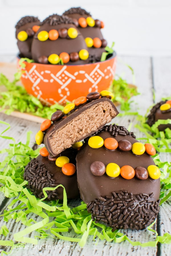 Reese's Cream Eggs - chocolate and peanut butter make these homemade peanut butter eggs a fun treat for Easter baskets. #easter #peanutbuttereggs #Reeses #easterbasket