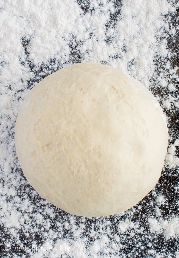 This Homemade Pizza Dough makes it easy to do your own pizzas in your kitchen. Great dinner recipe!