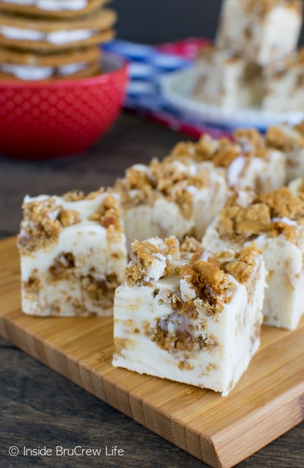 Adding soft oatmeal cookies and marshmallow cream makes this White Chocolate Oatmeal Creme Pie Fudge absolutely irresistible! Great no bake dessert recipe!