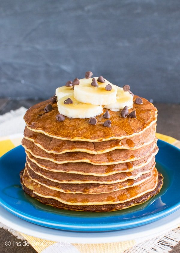 Skinny Peanut Butter Banana Pancakes - these easy pancakes are made from eggs, bananas, & peanut butter powder. Awesome healthy recipe!