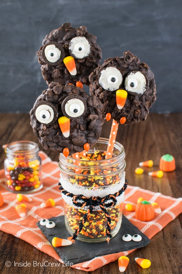 Cookies and candies make these No Bake Rice Krispies Owls Cookies a fun treat to share at fall parties!