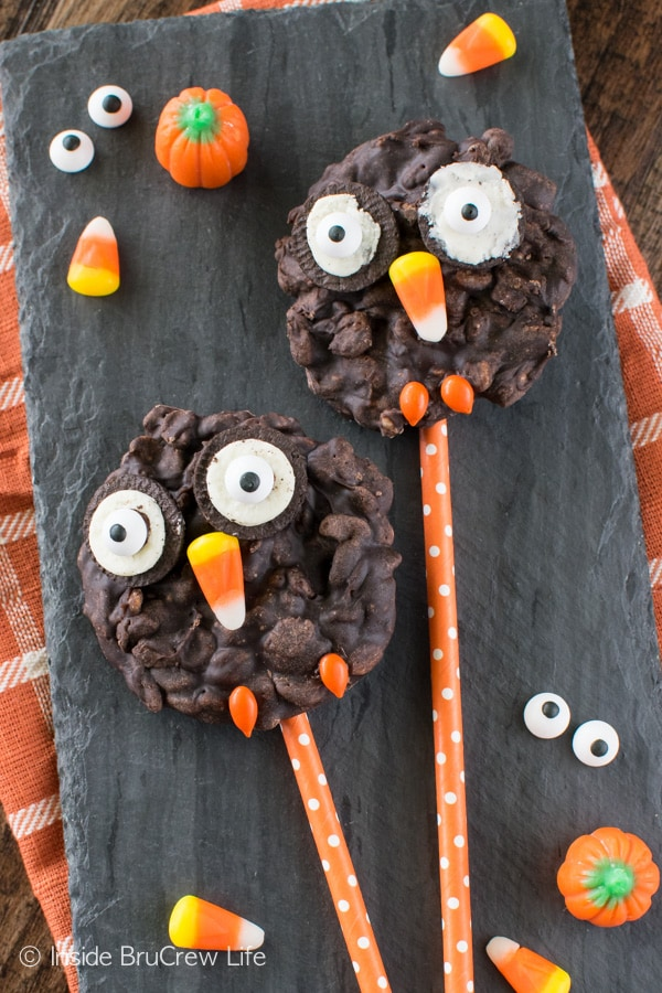 These easy No Bake Rice Krispies Owl Cookies are a fun treat that kids can help make. Great for fall parties!