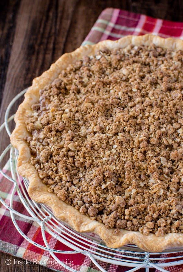 Apple Crisp Pie - a crunchy streusel topping and homemade apple pie filling give this easy pie a delicious taste! Make this awesome recipe for dessert and watch it disappear!