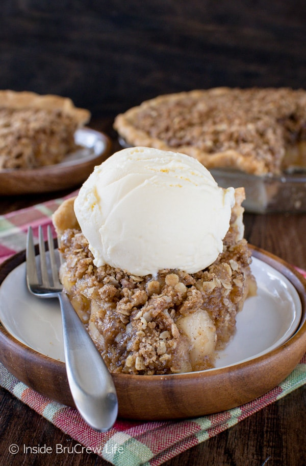 Apple Crisp Pie - homemade pie filling and an oatmeal crumble topping makes this a delicious fall recipe! Make this easy pie recipe for Thanksgiving day!