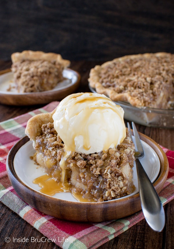 Apple Crisp Pie - caramel drizzles , ice cream, and homemade apple pie filling makes this easy apple dessert a delicious recipe for fall!