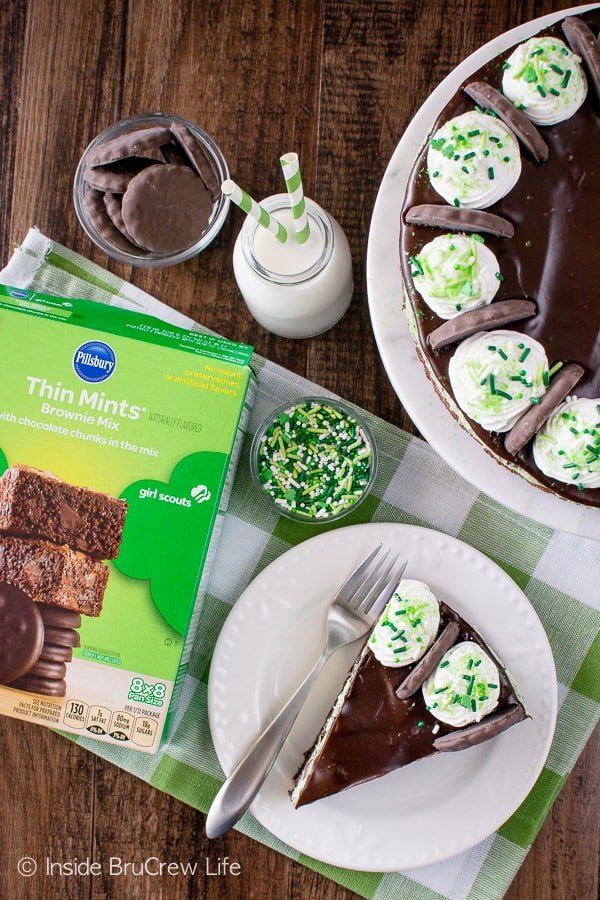 Thin Mint Cheesecake Brownie Cake - a layer of chewy brownie topped with no bake mint cheesecake and chocolate. Great dessert recipe for parties!