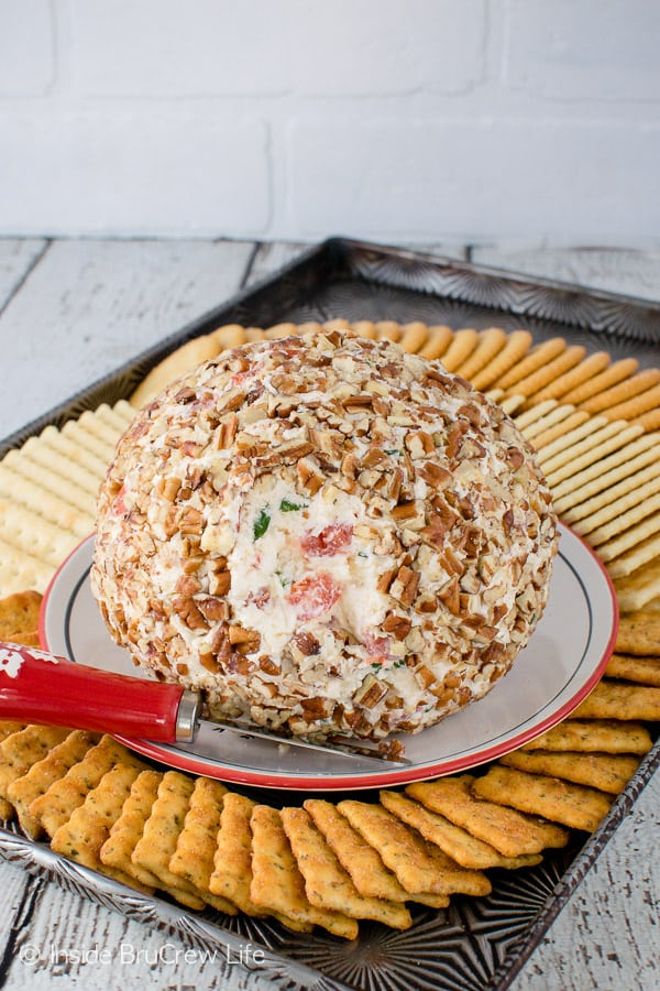 Tomato Basil Cheese Ball - three cheeses, fresh tomatoes, and nuts give this easy dip so much flavor. Great appetizer for game day parties!