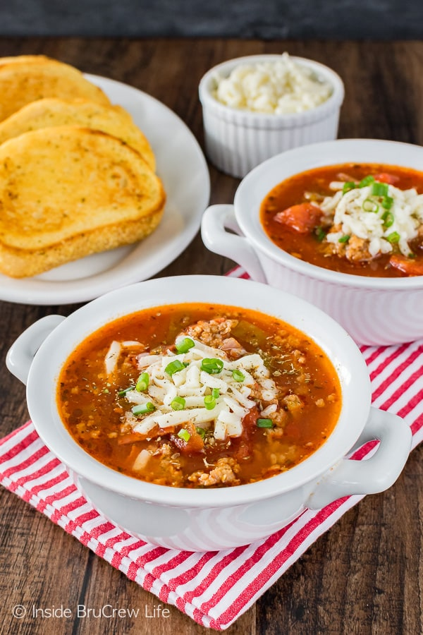Easy Pizza Soup - this easy soup has plenty of meat and veggies and is ready in minutes. Awesome dinner recipe for busy nights!
