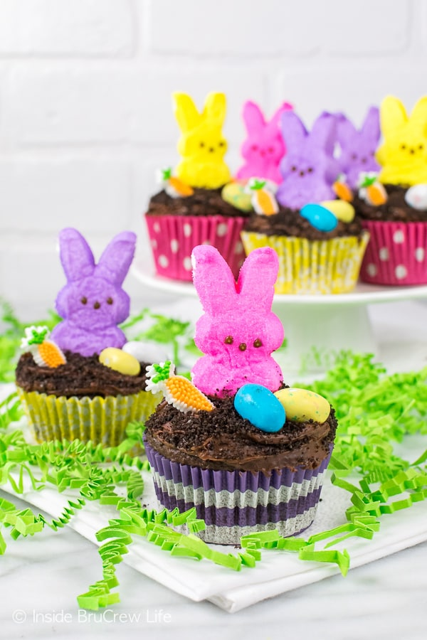 Easter Dirt Cupcakes - chocolate cupcakes with chocolate pudding and cookie crumbs will be a hit with all the kids. Great Easter dessert recipe!