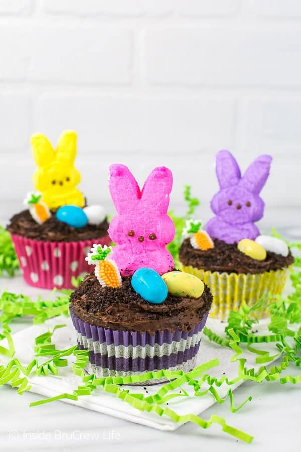 Easter Dirt Cupcakes - this easy cupcake has a hidden chocolate pudding center and a cute marshmallow bunny on top. Great Easter party recipe!