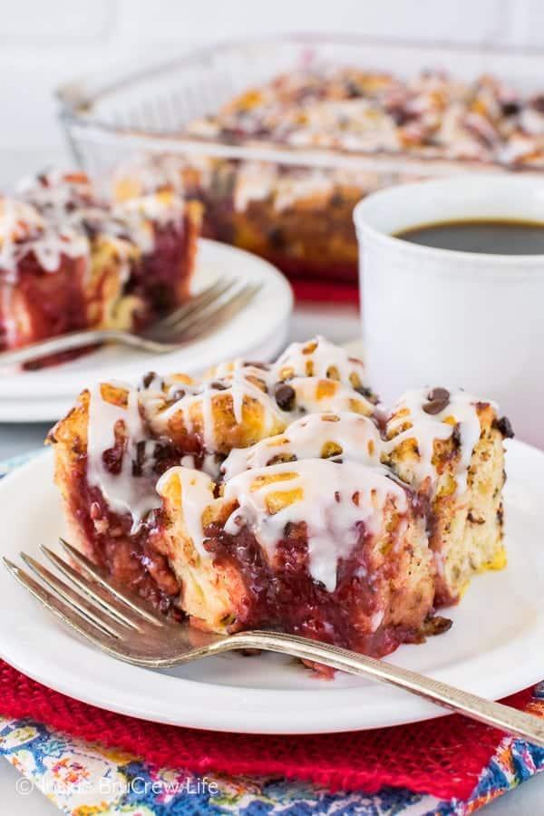 Strawberry Chocolate Cinnamon Roll Bake - swirls of strawberry pie filling & chocolate add a fun twist to this easy cinnamon roll casserole. Great breakfast recipe!