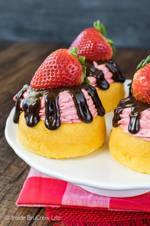 No Bake Strawberry Mousse Cakes - adding an easy mousse and chocolate drizzles makes these prepackaged cakes look like they came from the bakery. Great dessert recipe for summer parties!