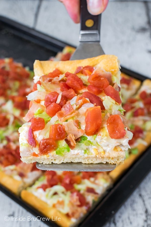 Chicken BLT Ranch Pizza - this easy pizza is topped with a garlic cream cheese mixture and lots of tomatoes, bacon, and lettuce. Great recipe for summer dinners or picnics!