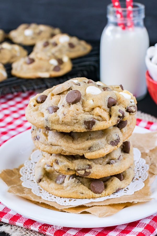 Biscoff S'mores Pudding Cookies - these cookie butter cookies are loaded with chocolate, marshmallow, and graham goodness! Great recipe to fill the cookie jar with!