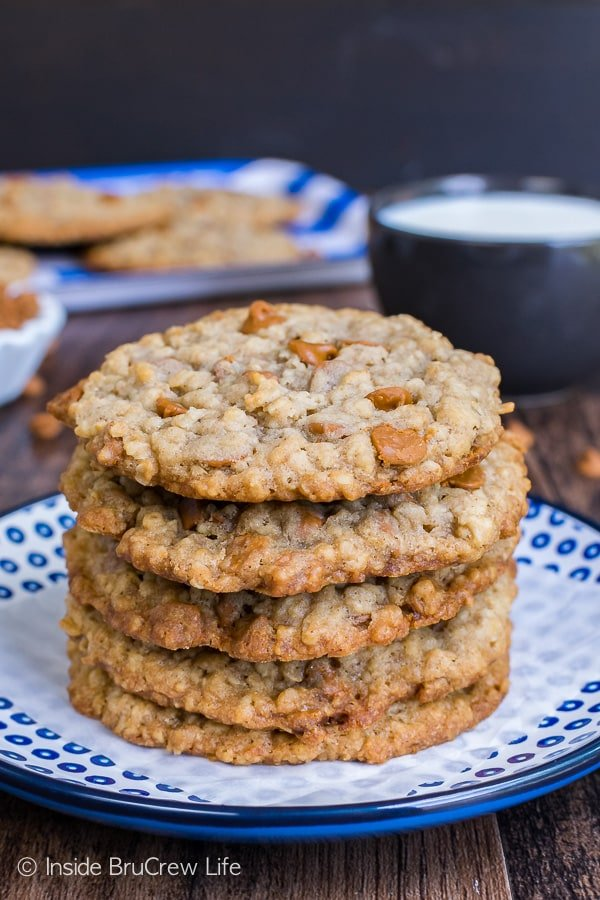 Cinnamon Banana Oatmeal Cookies - crispy edges and chewy centers make these cookies disappear in a hurry. Great recipe to fill the cookie jar with for an after school snack!