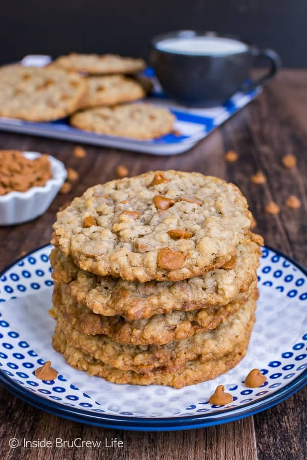 Cinnamon Banana Oatmeal Cookies - crispy edges and chewy centers make these the perfect cookie recipe. Great after school snack to fill the cookie jar with.