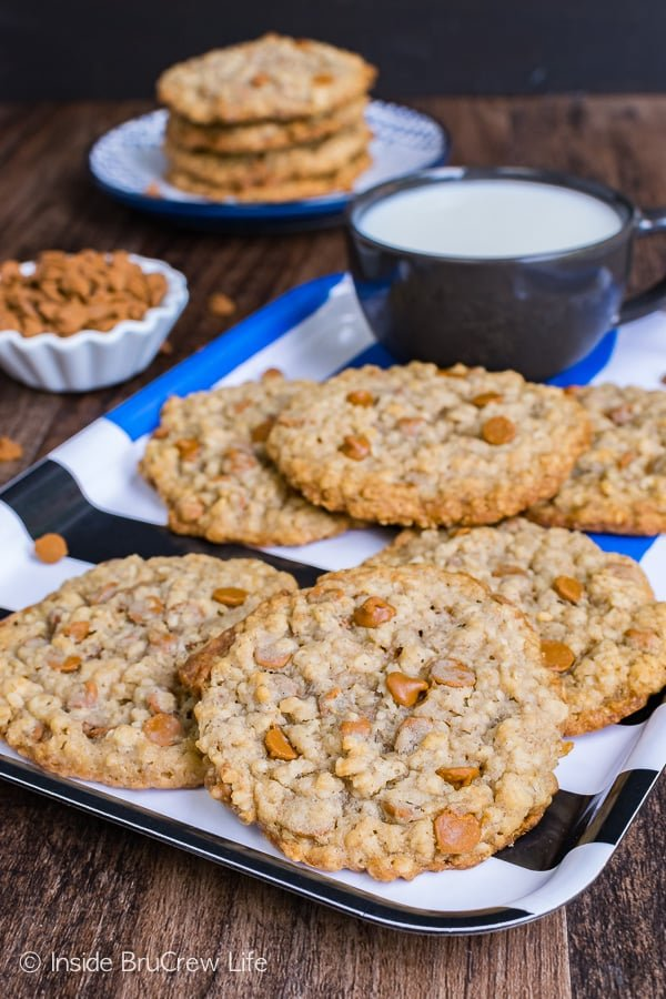 Cinnamon Banana Oatmeal Cookies - chewy centers and crispy edges make these cookies taste so good. Great recipe to make for an after school snack!