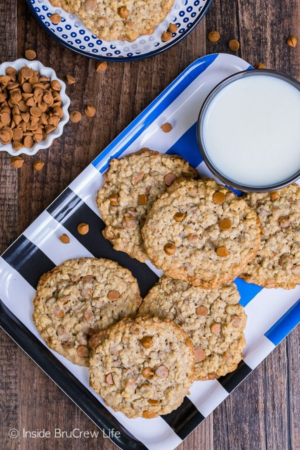 Cinnamon Banana Oatmeal Cookies - these flat and chewy cookies are a great snack for after school. Crispy and chewy cookies are the best.