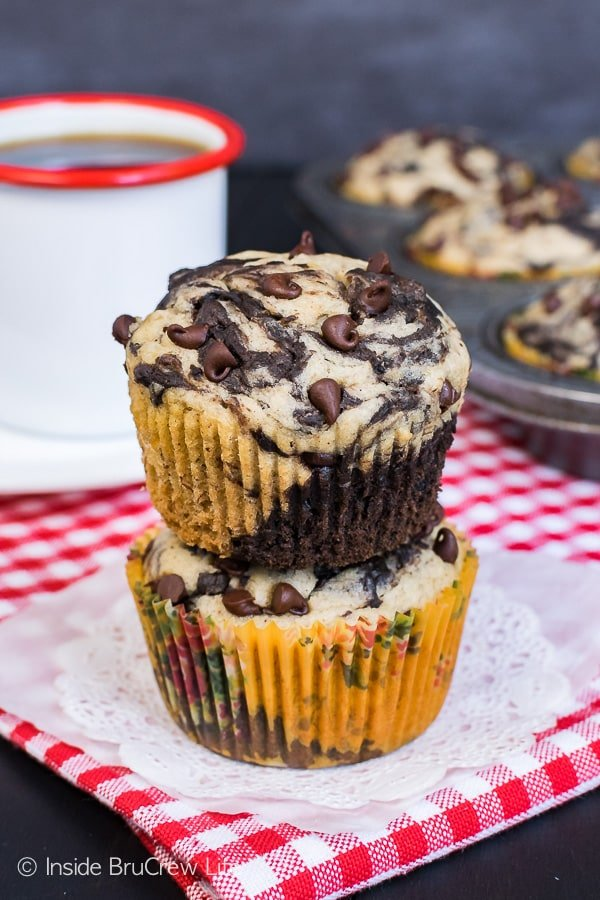 Chocolate Banana Marble Muffins - banana and chocolate swirls made with half the amount of sugar makes a great healthy breakfast choice. Great recipe for busy mornings!