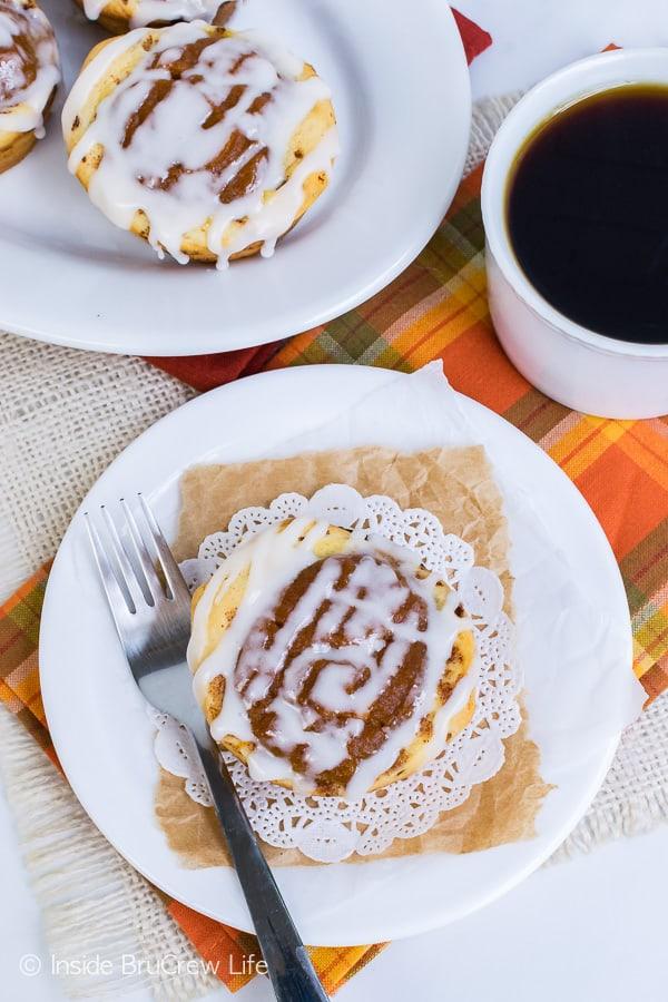 Pumpkin Pie Cinnamon Roll Cups - sweet little cinnamon rolls filled with a pumpkin pie center. Great recipe to make for fall breakfast!