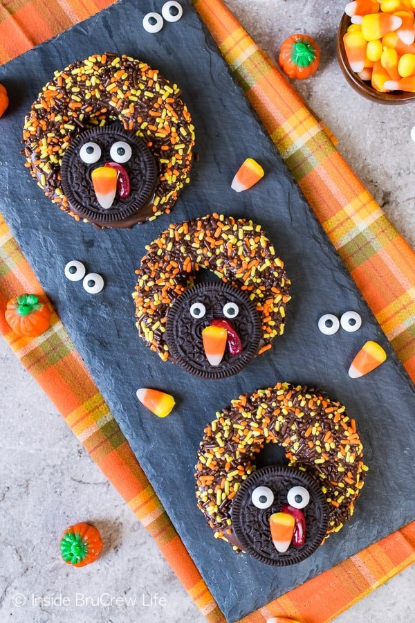 Chocolate Covered Apple Ring Turkeys - cookies and candies make these apple rings look like turkeys. Great no bake recipe for kids to make on Thanksgiving day!